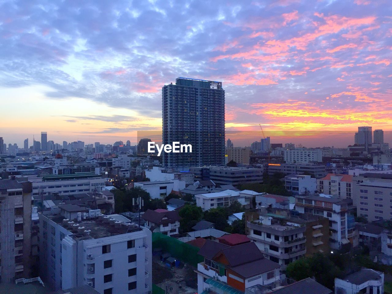 architecture, building exterior, skyscraper, built structure, cityscape, sky, city, cloud - sky, modern, sunset, no people, outdoors, urban skyline, day
