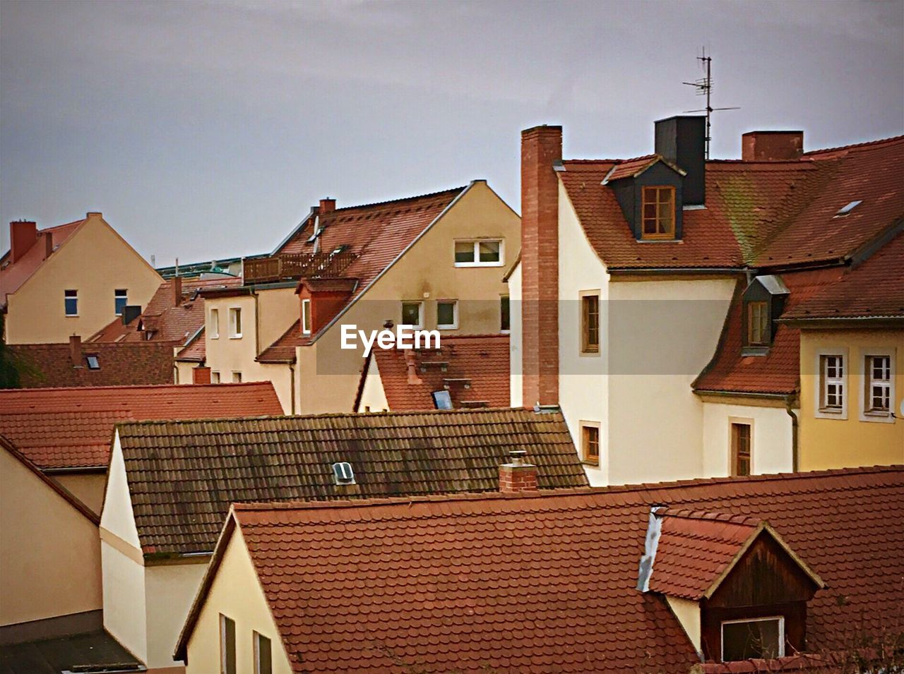 architecture, building exterior, built structure, house, residential building, roof, sky, no people, tiled roof, window, outdoors, day, city