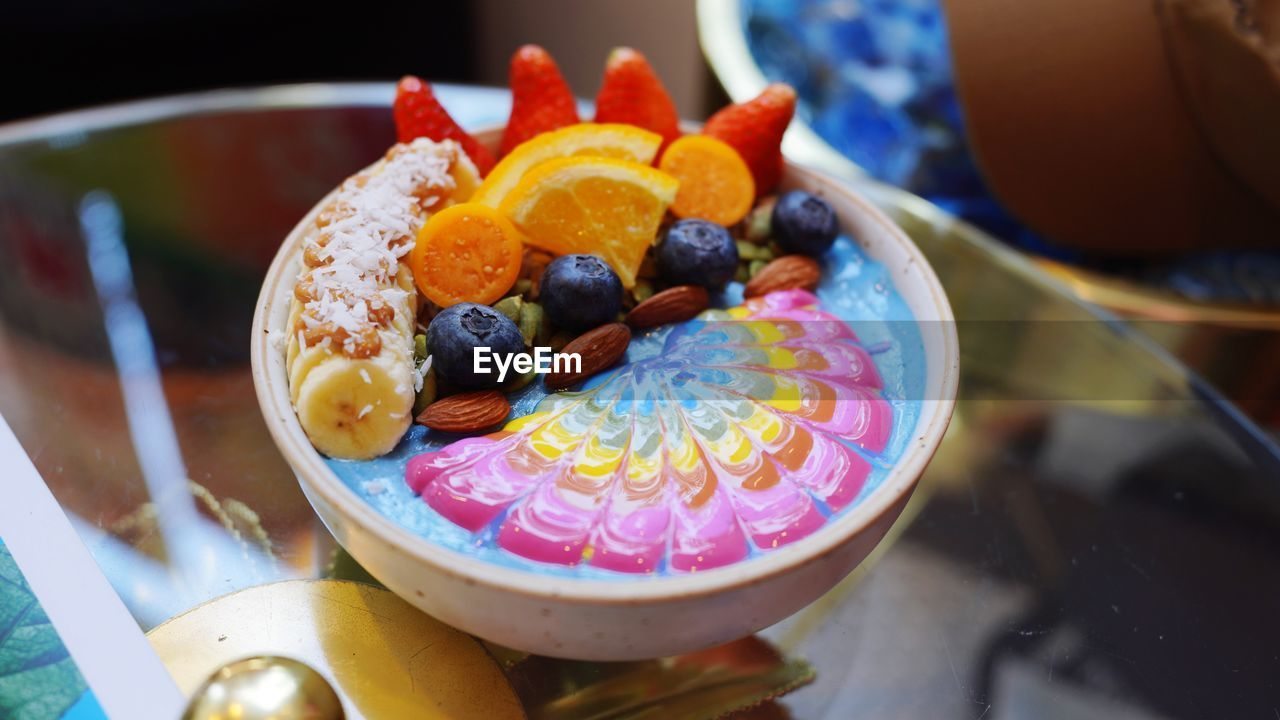 HIGH ANGLE VIEW OF FRUITS SERVED IN BOWL ON TABLE