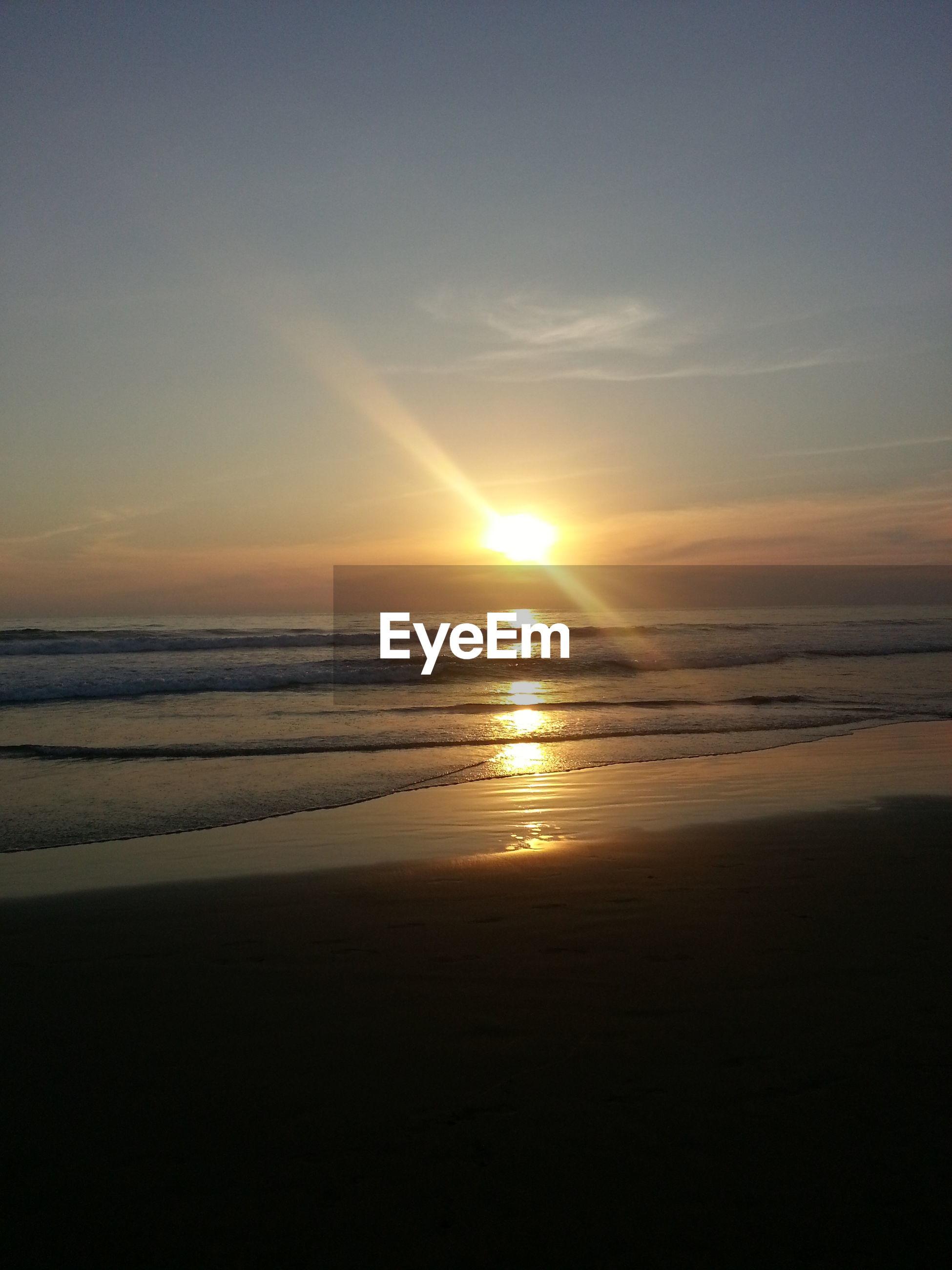 sea, horizon over water, sunset, scenics, tranquil scene, sun, tranquility, beauty in nature, water, beach, sky, nature, idyllic, shore, silhouette, sunlight, reflection, sunbeam, calm, remote