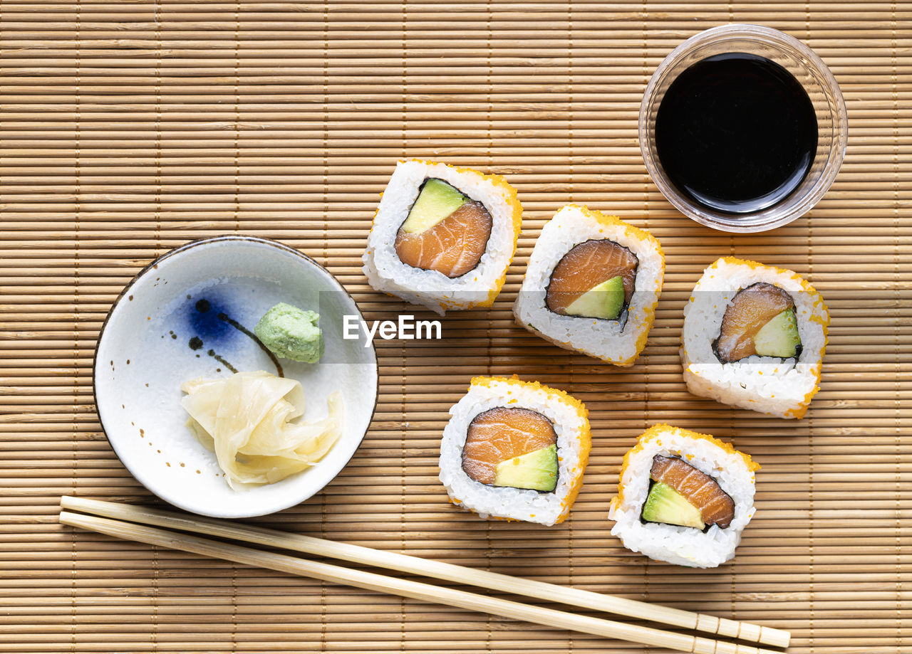 DIRECTLY ABOVE SHOT OF SUSHI IN PLATE