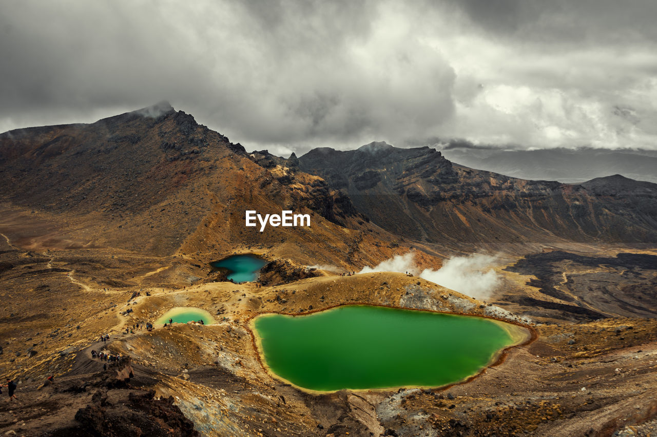 Colourful lake near the tongariro alpine crossing in new zealand