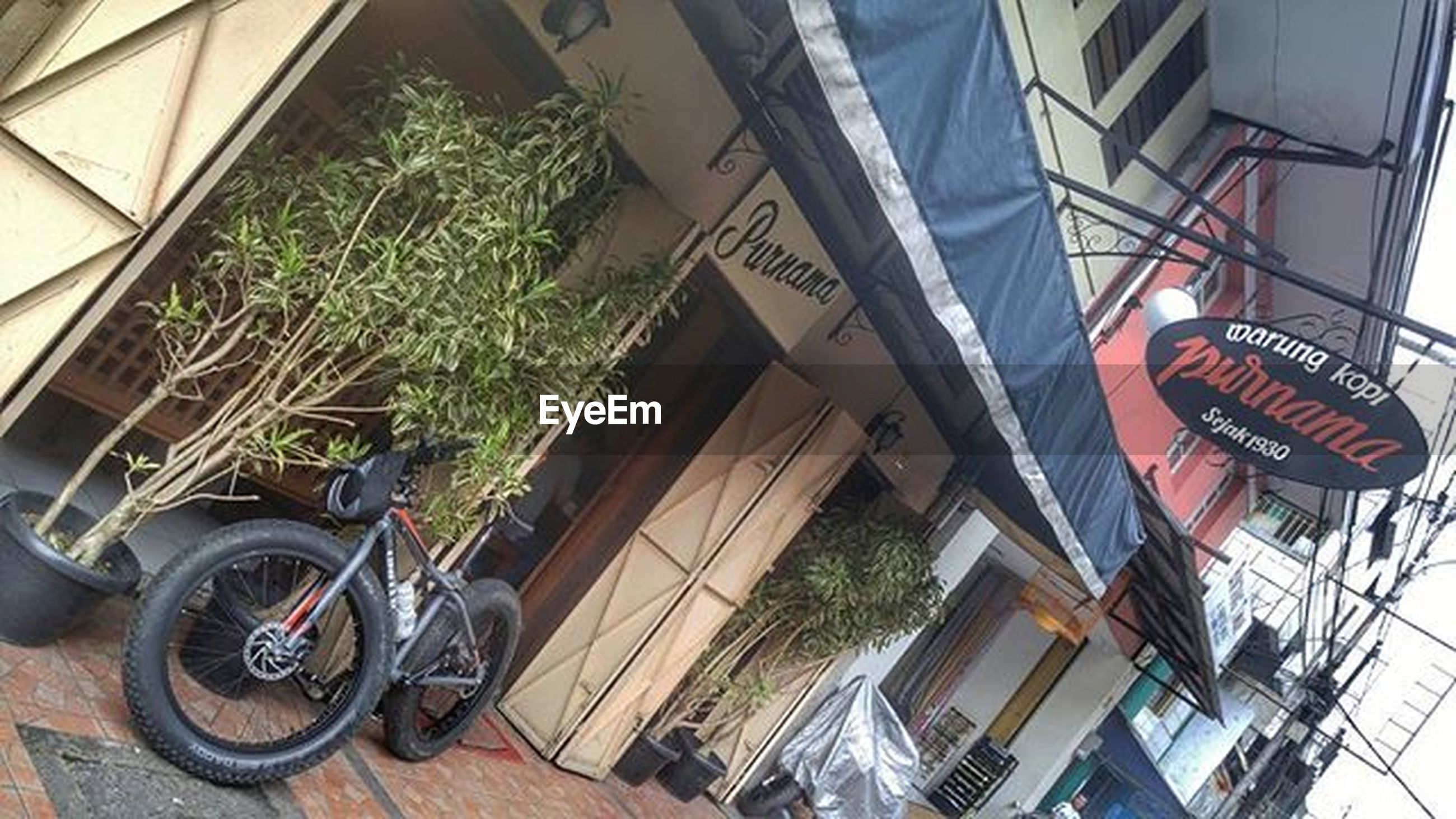 building exterior, architecture, land vehicle, bicycle, built structure, transportation, mode of transport, parking, stationary, parked, day, outdoors, street, no people, city, residential building, car, residential structure, plant, house