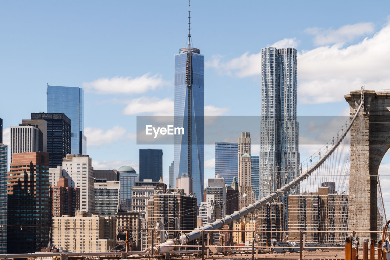 BROOKLYN BRIDGE AGAINST MANHATTAN SKYLINE