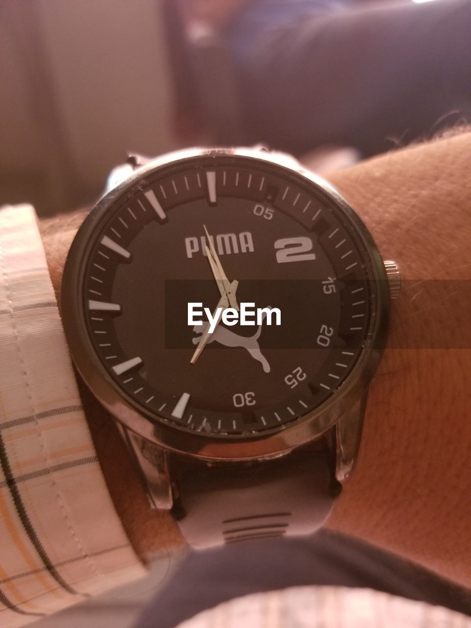 human hand, hand, human body part, time, number, watch, close-up, wristwatch, accuracy, indoors, one person, selective focus, body part, communication, unrecognizable person, real people, men, geometric shape, personal accessory, clock, minute hand, wrist