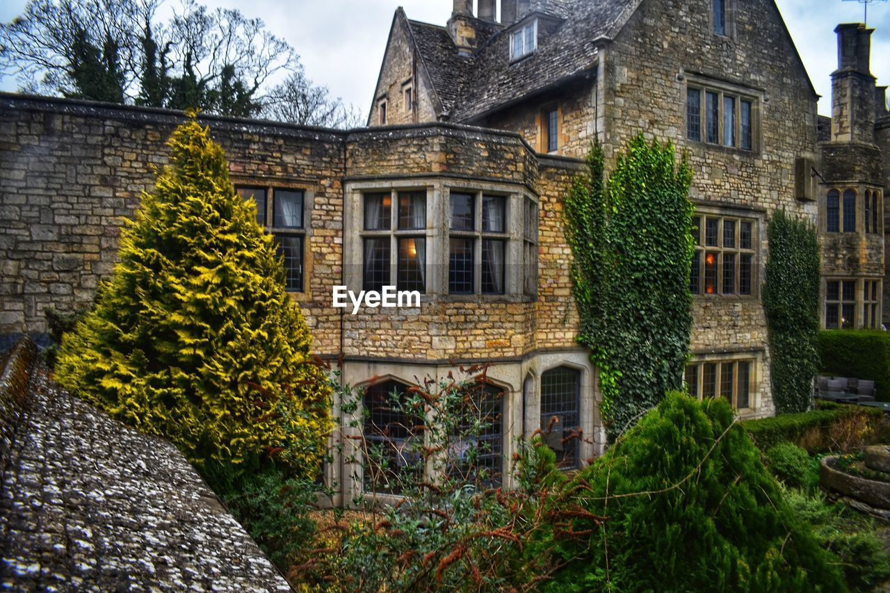 architecture, building exterior, built structure, building, house, plant, residential district, window, nature, no people, tree, outdoors, day, solid, facade, old, the past, history, mansion, stone material, brick, cottage, luxury