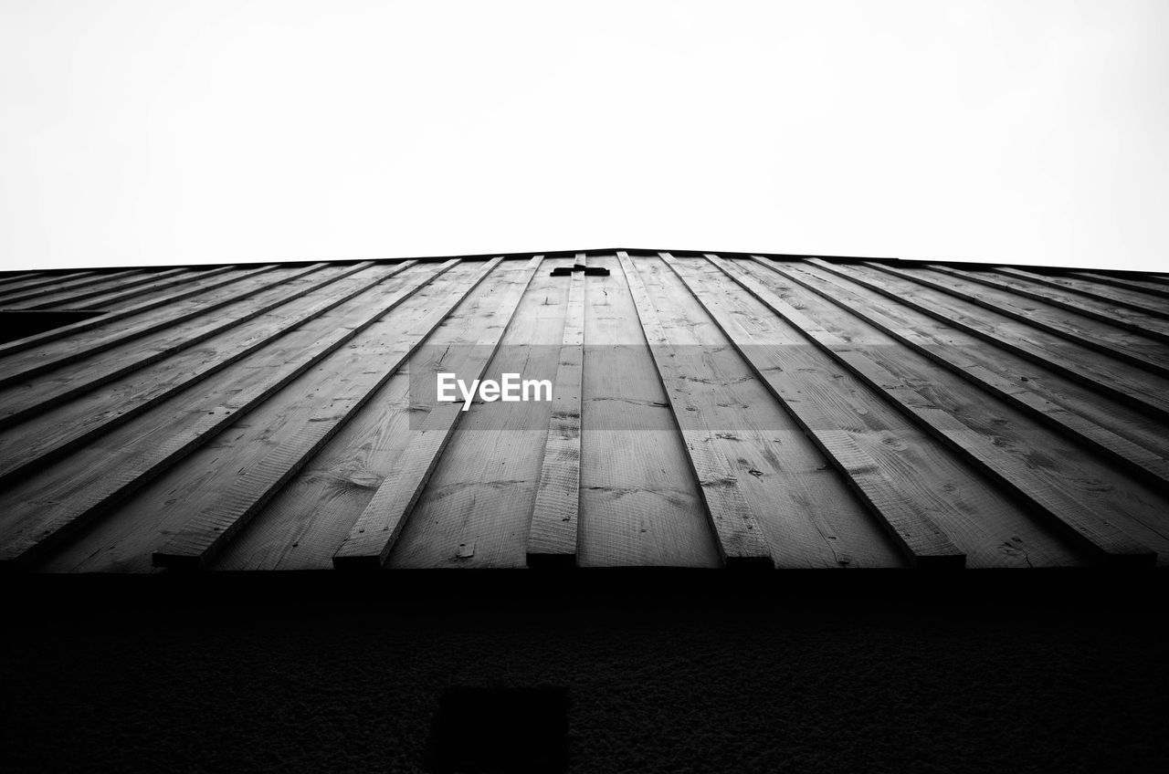 CLOSE-UP OF WOODEN STRUCTURE AGAINST SKY