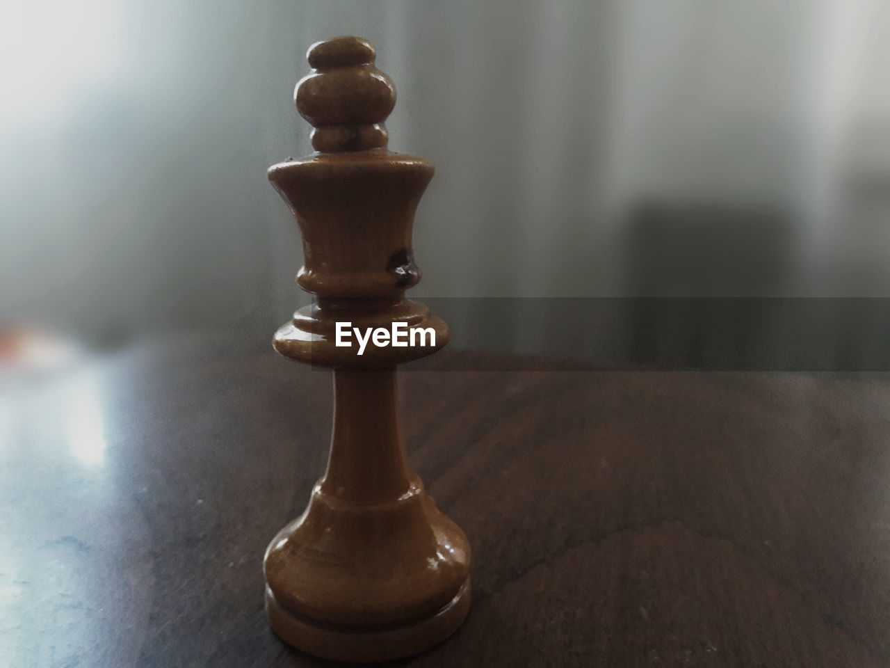 leisure games, chess, board game, game, indoors, close-up, no people, focus on foreground, relaxation, wood - material, chess piece, still life, table, queen - chess piece, strategy, leisure activity, brown, king - chess piece, chess board, day, pawn - chess piece