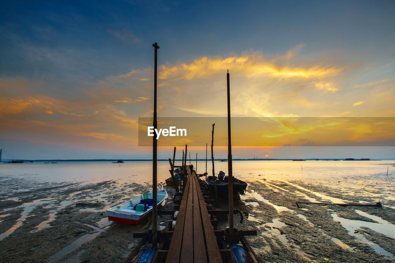 sunset, sky, cloud - sky, water, sea, beauty in nature, nature, transportation, scenics, tranquil scene, tranquility, no people, horizon over water, beach, nautical vessel, outdoors, architecture, day