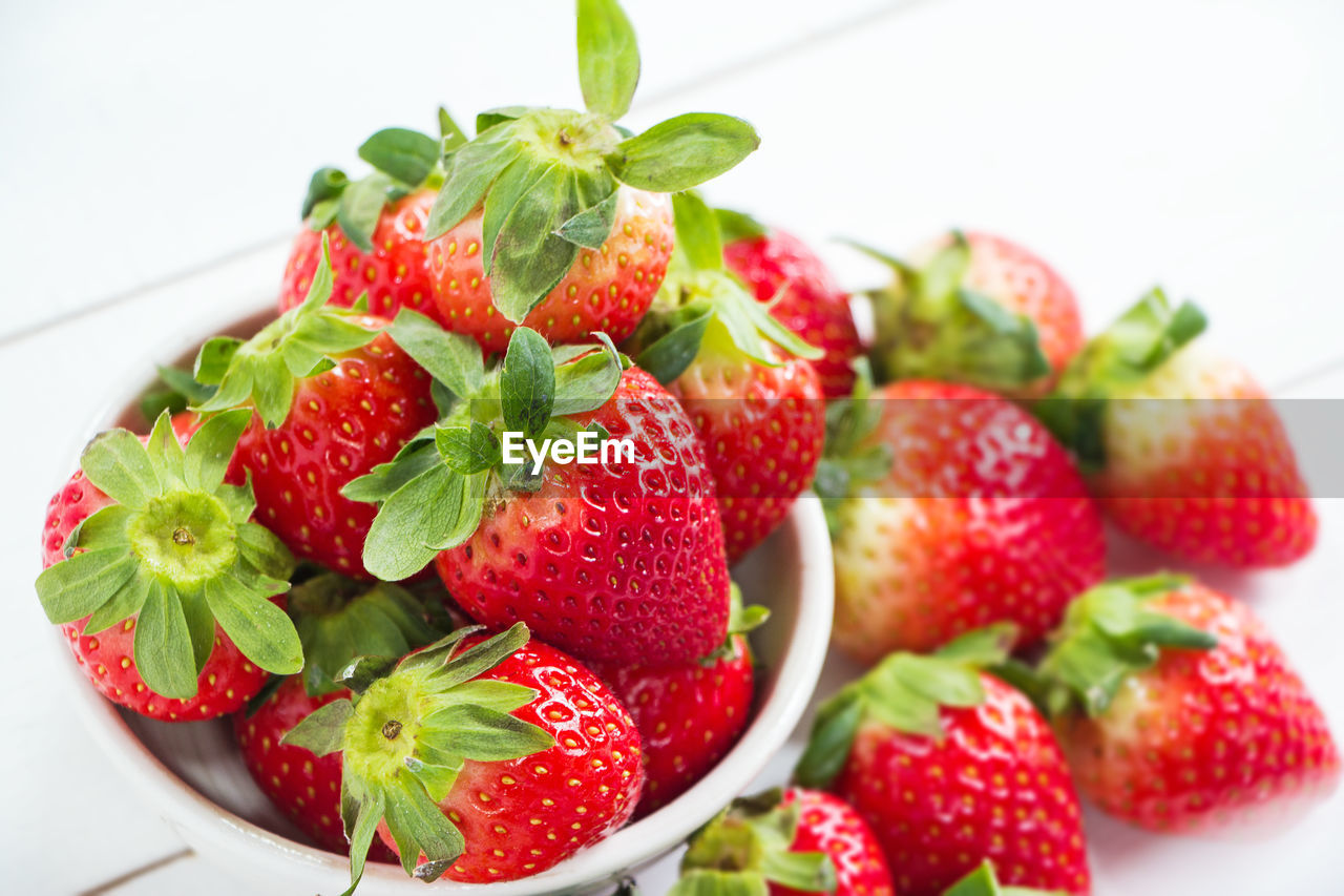 fruit, food and drink, food, healthy eating, berry fruit, freshness, red, wellbeing, strawberry, close-up, still life, indoors, no people, focus on foreground, white background, table, large group of objects, green color, plate, bowl, ripe