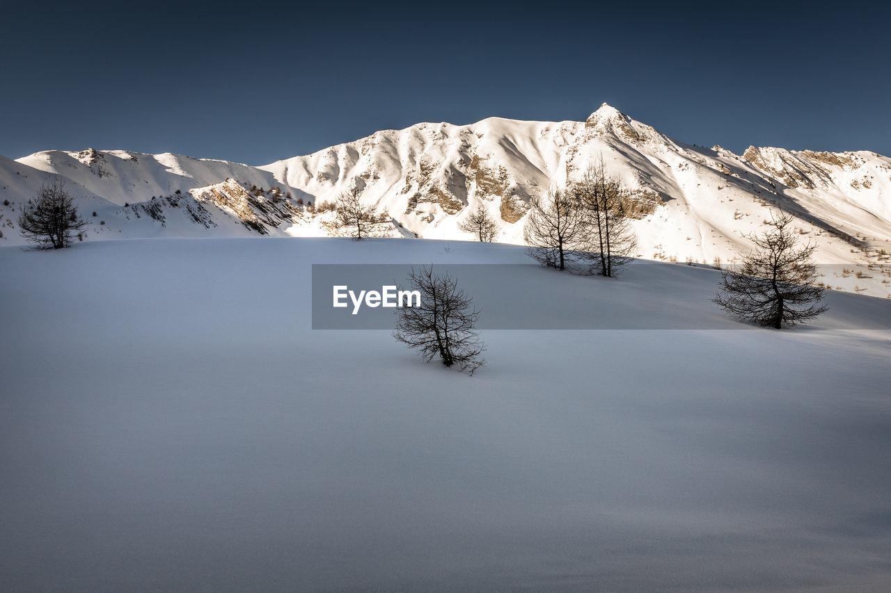 Snowy landscape of the hautes alpes - paysage enneigé des hautes alpes, les orres, france