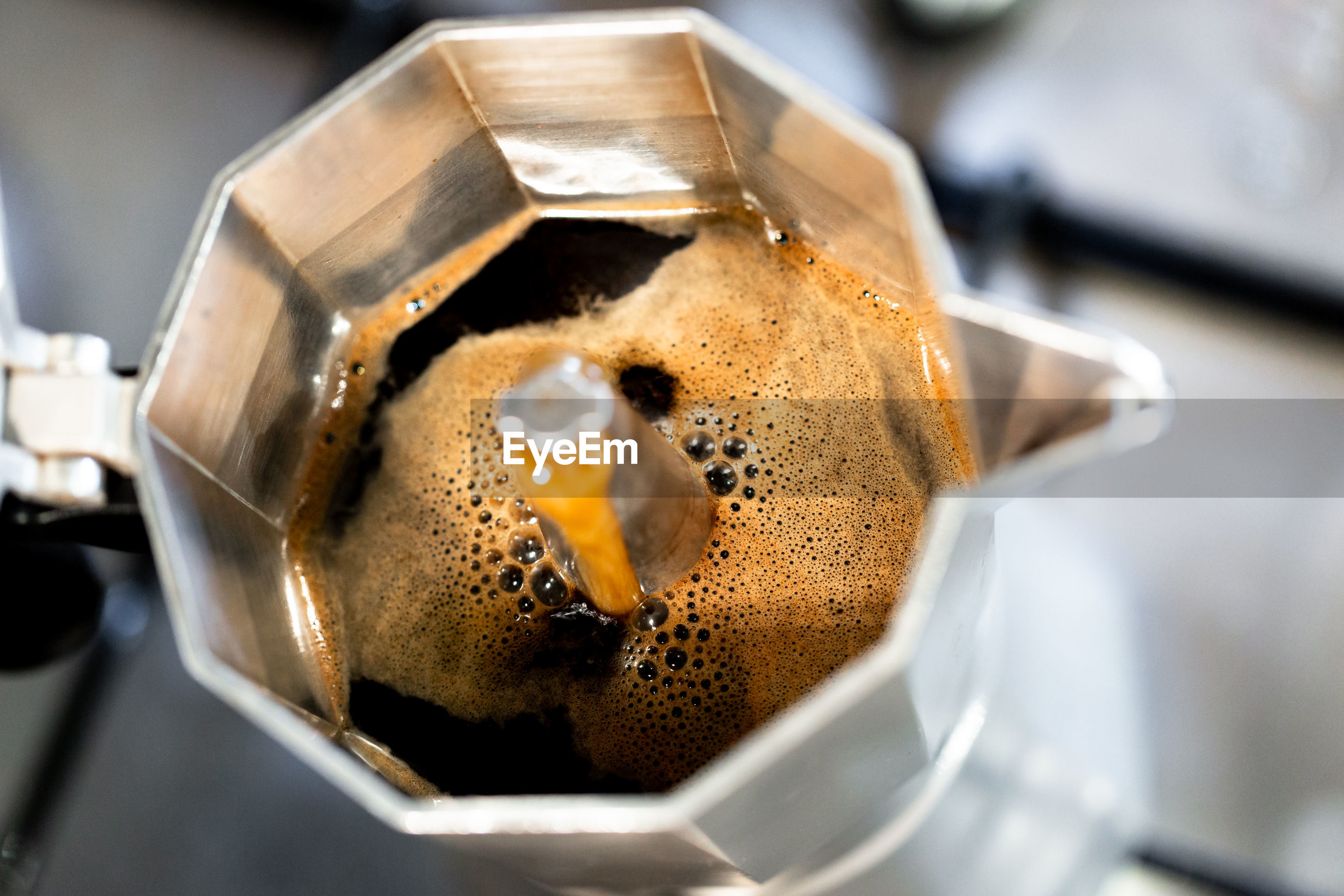 HIGH ANGLE VIEW OF COFFEE IN CUP ON TRAY