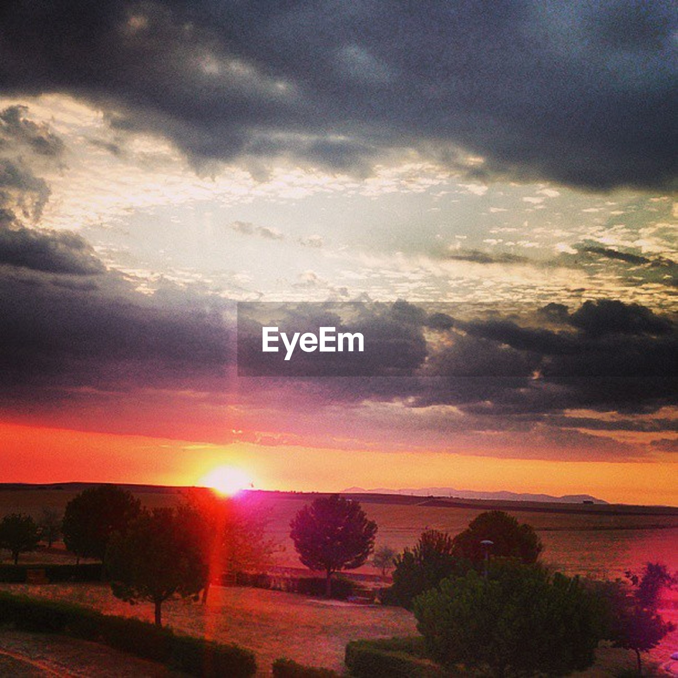 sunset, sky, sun, cloud - sky, scenics, tranquil scene, beauty in nature, water, tranquility, sunbeam, sea, cloudy, sunlight, nature, horizon over water, idyllic, cloud, orange color, silhouette, dramatic sky