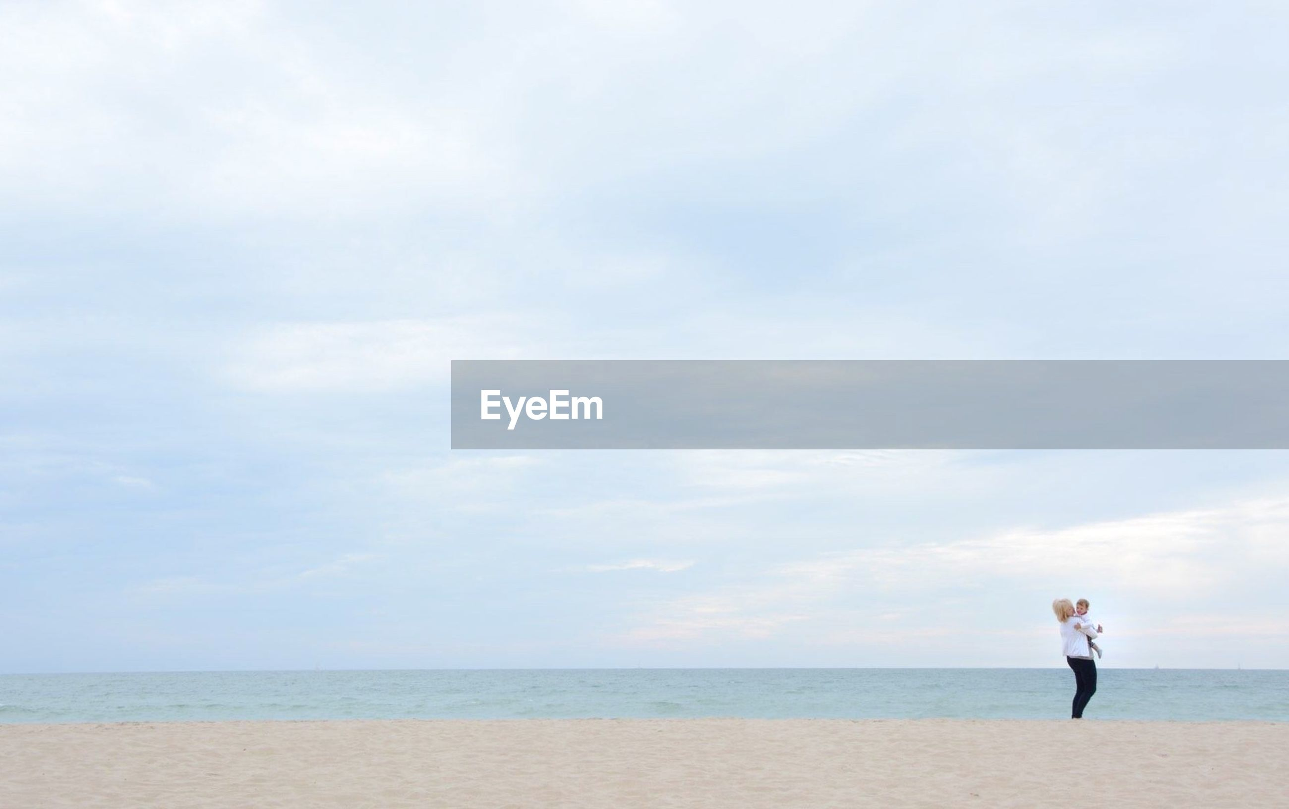 sea, horizon over water, beach, water, sky, lifestyles, leisure activity, full length, shore, tranquility, tranquil scene, scenics, standing, beauty in nature, rear view, nature, sand, vacations