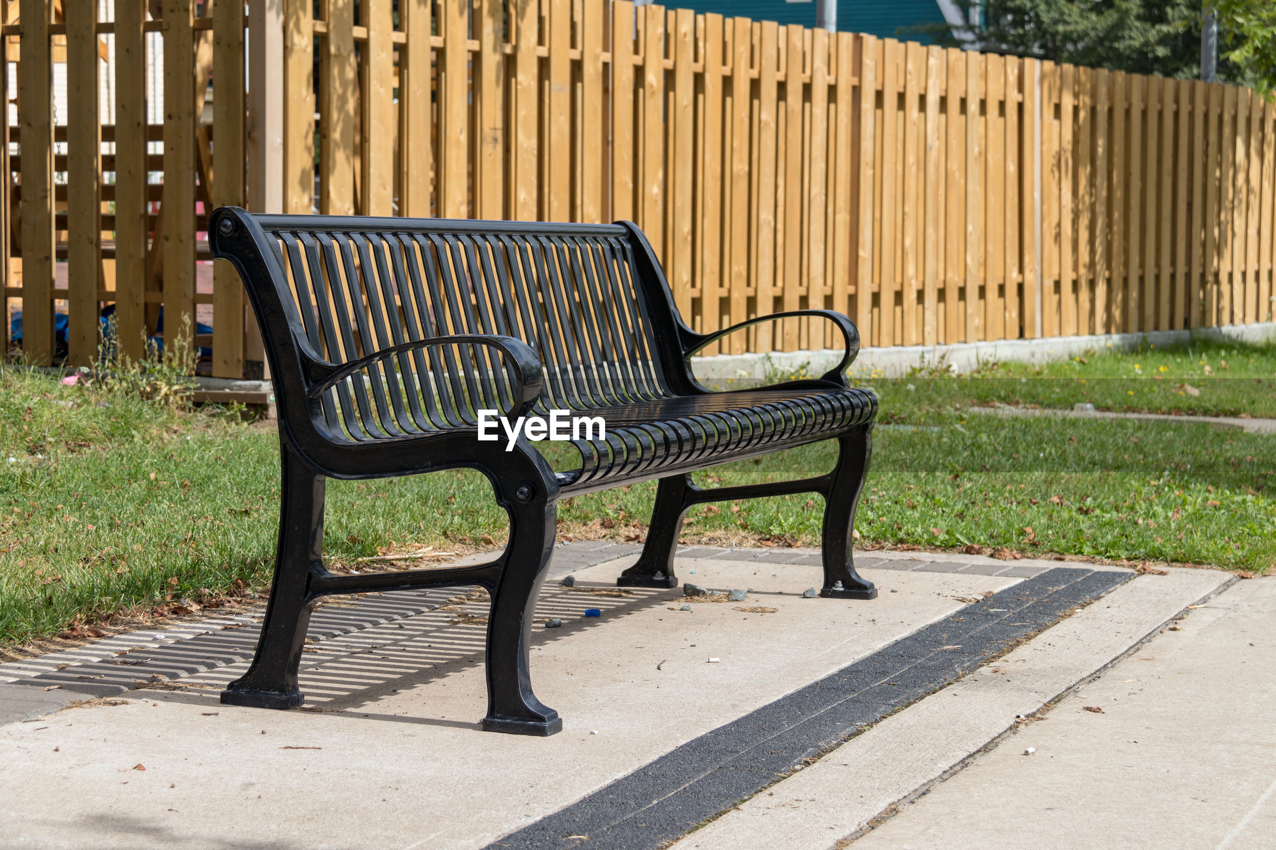 EMPTY BENCHES ON PARK BENCH