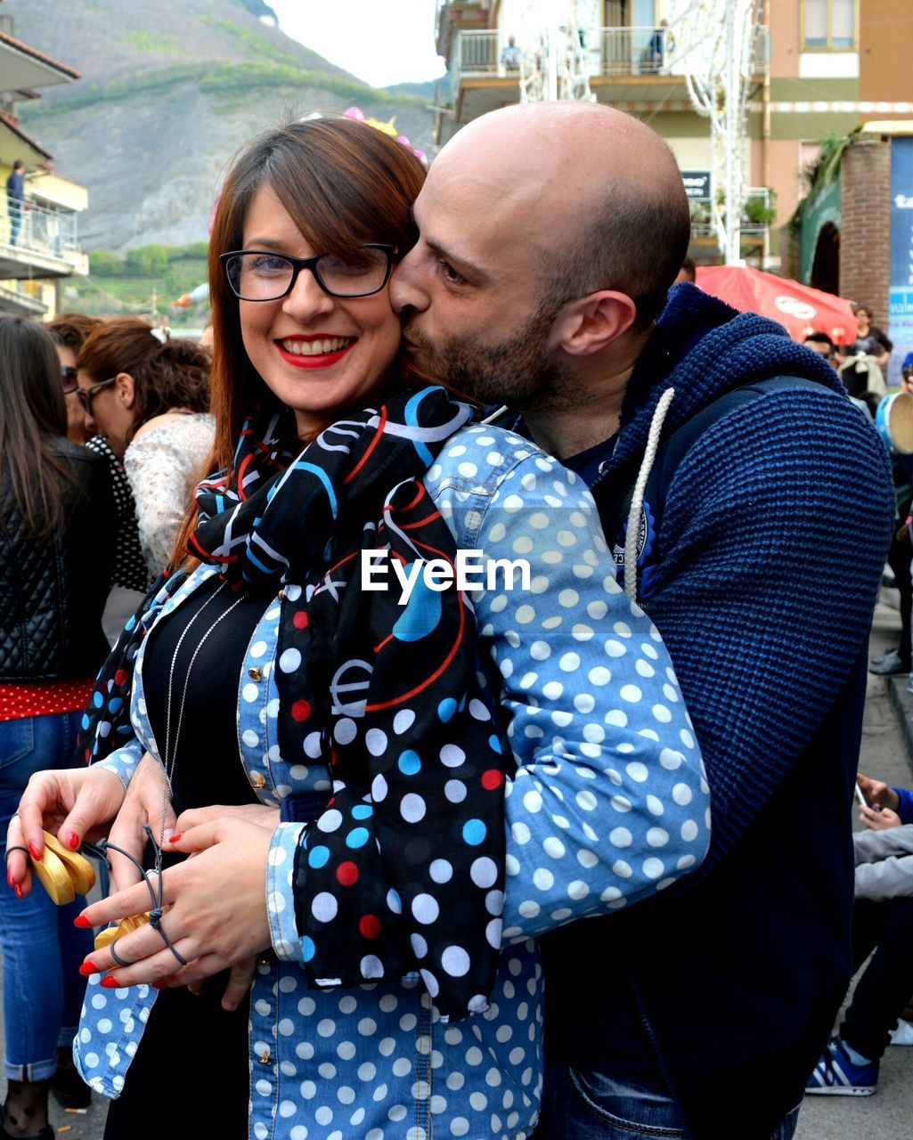 two people, togetherness, heterosexual couple, real people, young adult, young women, love, lifestyles, casual clothing, couple - relationship, city life, young men, smiling, happiness, bonding, outdoors, day, leisure activity, eyeglasses, young couple, standing, city, men, portrait, adult, adults only, people