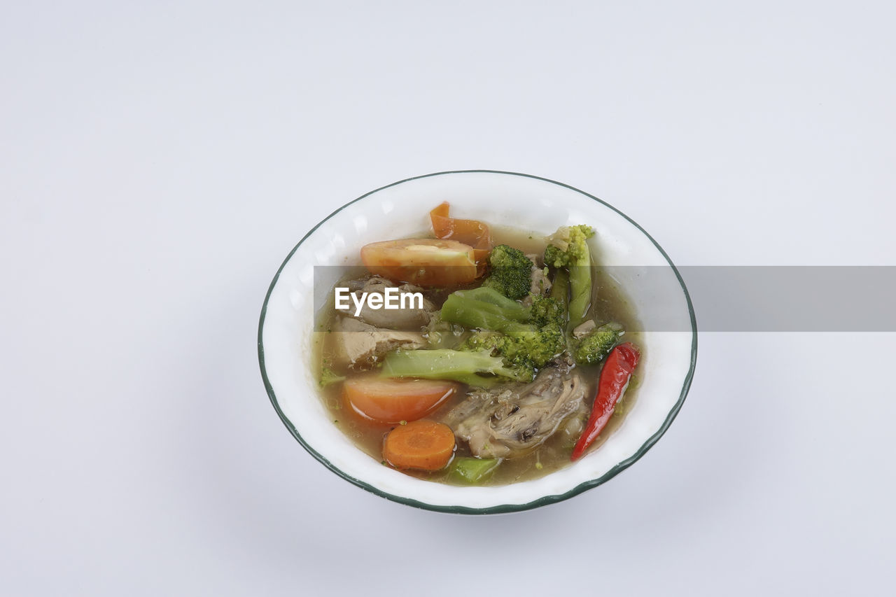food and drink, healthy eating, food, ready-to-eat, wellbeing, freshness, studio shot, indoors, bowl, still life, white background, vegetable, copy space, no people, close-up, serving size, cut out, meal, directly above, temptation, garnish