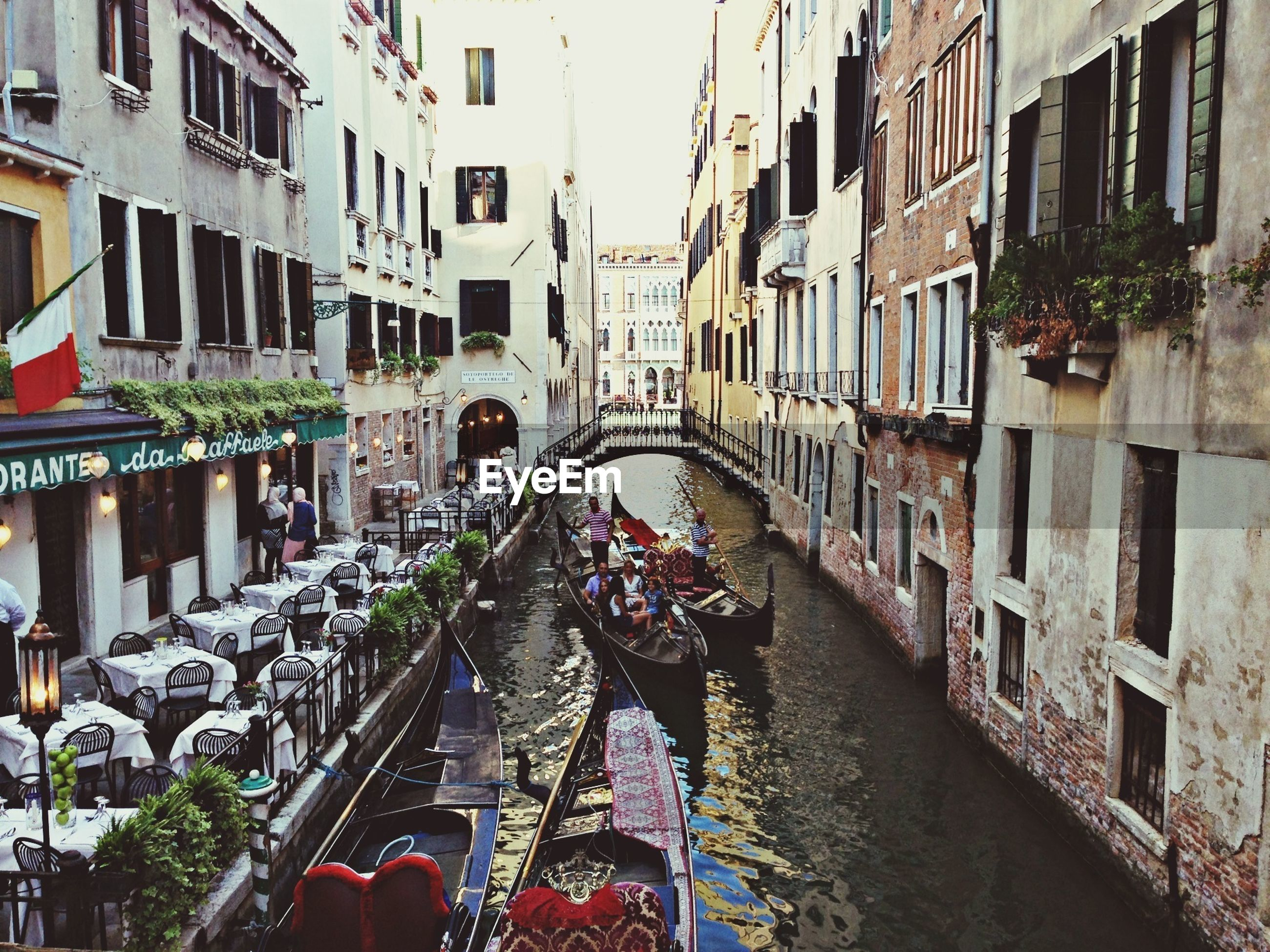 architecture, built structure, building exterior, canal, residential building, residential structure, water, building, city, arch, window, transportation, house, old town, diminishing perspective, day, incidental people, street, town, railing