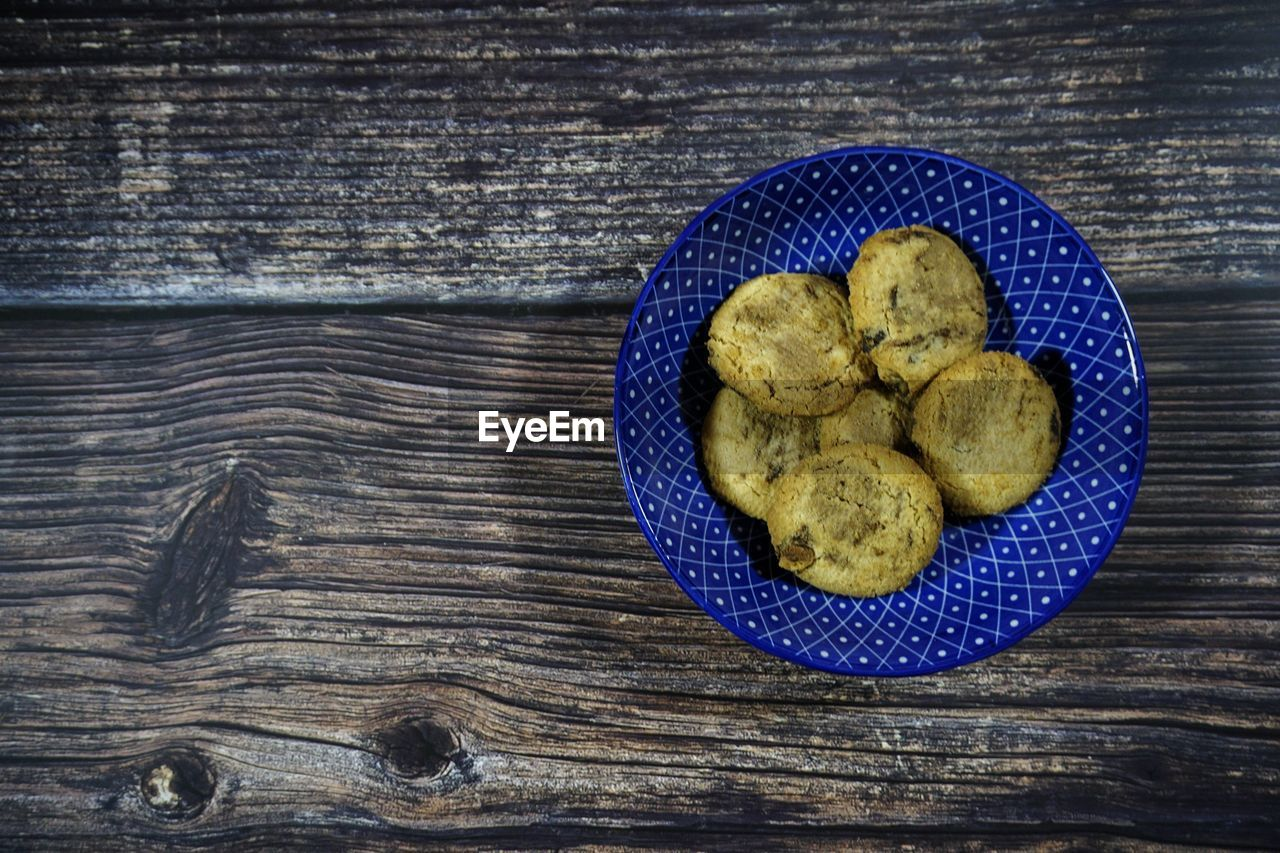 food and drink, food, wood - material, freshness, indoors, healthy eating, table, wellbeing, directly above, high angle view, no people, still life, blue, close-up, potato, pattern, baked, brown, group of objects, vegetable, wood grain, snack
