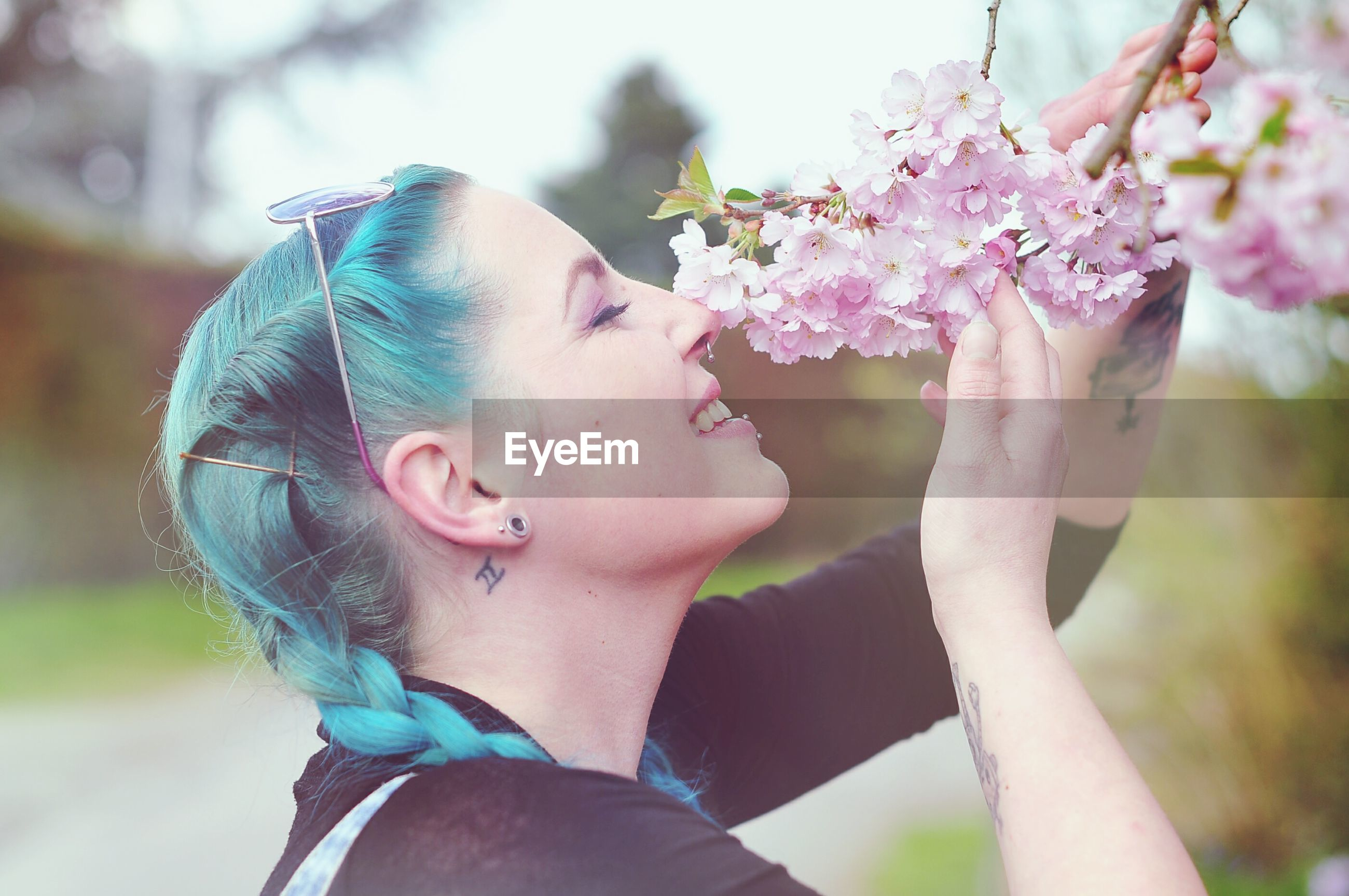 focus on foreground, person, lifestyles, leisure activity, flower, young adult, headshot, young women, close-up, tree, fragility, front view, park - man made space, girls, day, smiling, portrait, outdoors