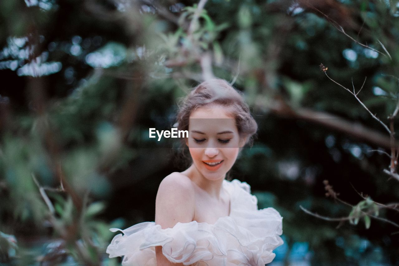 young adult, one person, young women, outdoors, focus on foreground, beautiful woman, day, real people, beauty, flower, bride, wedding dress, tree, one young woman only, nature, close-up, people