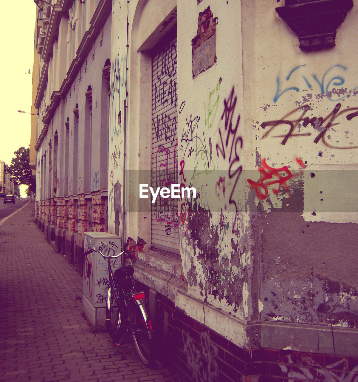 architecture, building exterior, built structure, graffiti, outdoors, day, city, no people