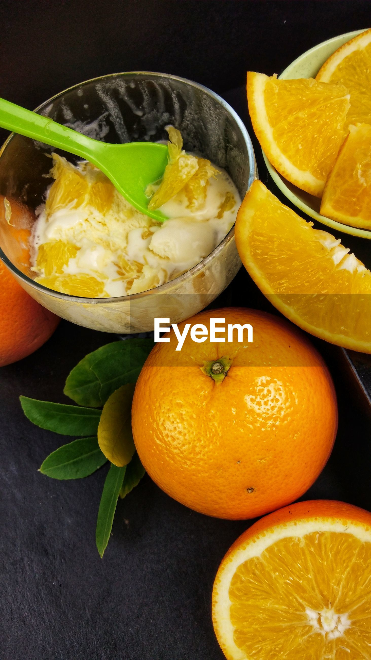 HIGH ANGLE VIEW OF ORANGE FRUIT IN BOWL