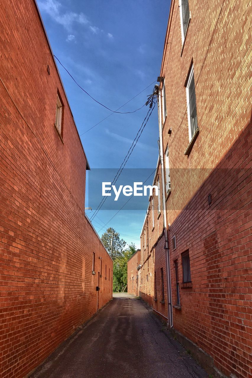 architecture, building exterior, built structure, brick wall, the way forward, sky, house, day, no people, road, alley, outdoors, residential building, red