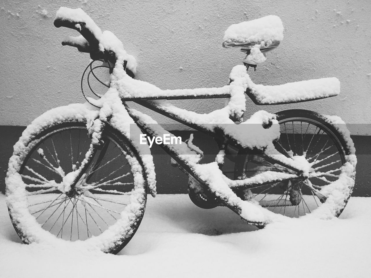 bicycle, transportation, winter, mode of transport, cold temperature, snow, outdoors, day, land vehicle, stationary, wheel, no people, spoke, close-up, nature