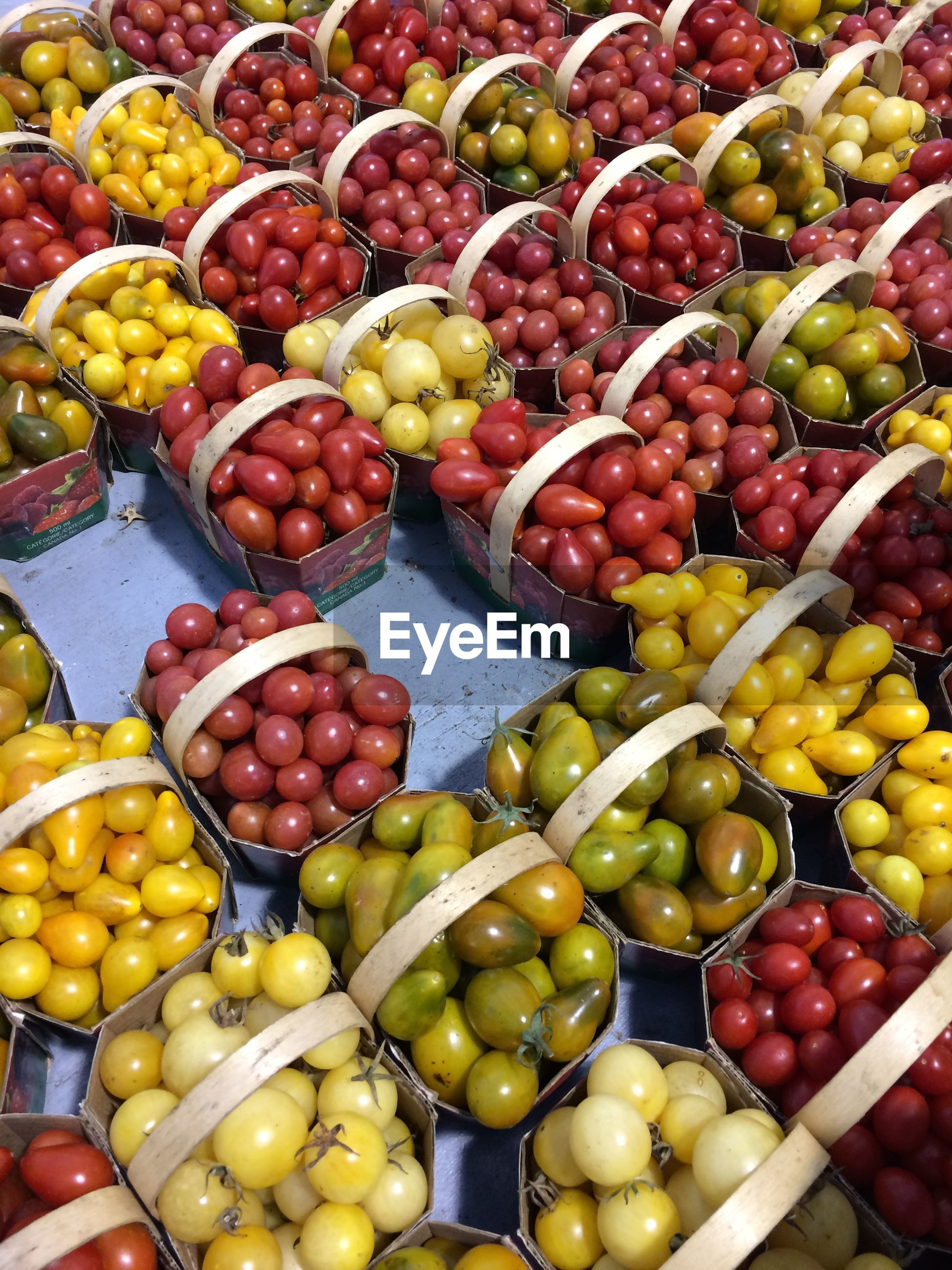 HIGH ANGLE VIEW OF APPLES FOR SALE AT MARKET STALL
