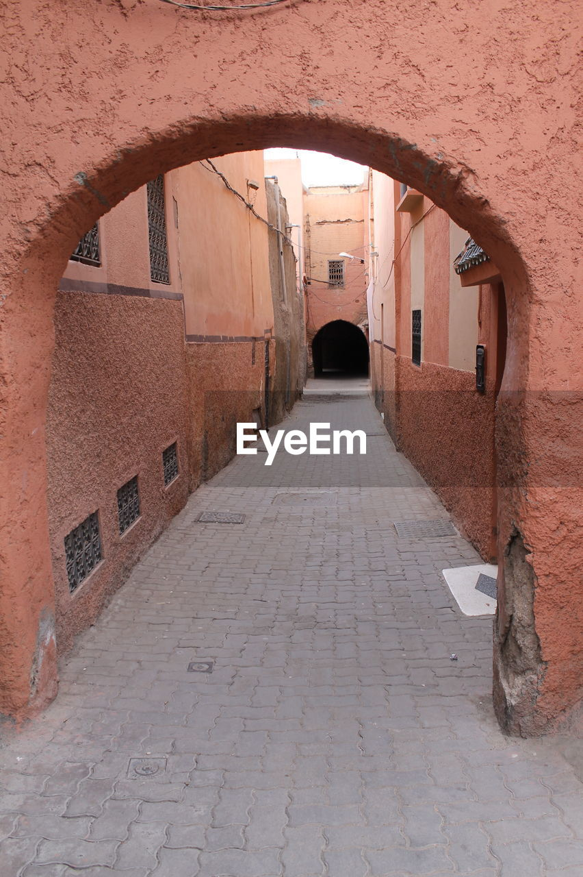 architecture, arch, built structure, the way forward, direction, building exterior, building, footpath, diminishing perspective, day, no people, residential district, city, street, alley, empty, narrow, wall, old, outdoors, arched, paving stone