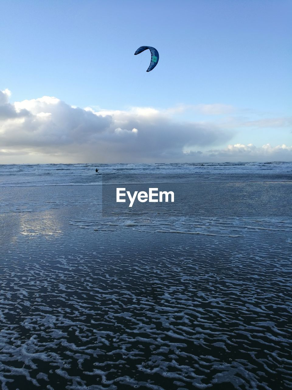 sea, sky, water, adventure, sport, extreme sports, beauty in nature, scenics - nature, waterfront, kiteboarding, unrecognizable person, horizon over water, parachute, cloud - sky, aquatic sport, horizon, beach, nature, paragliding, outdoors