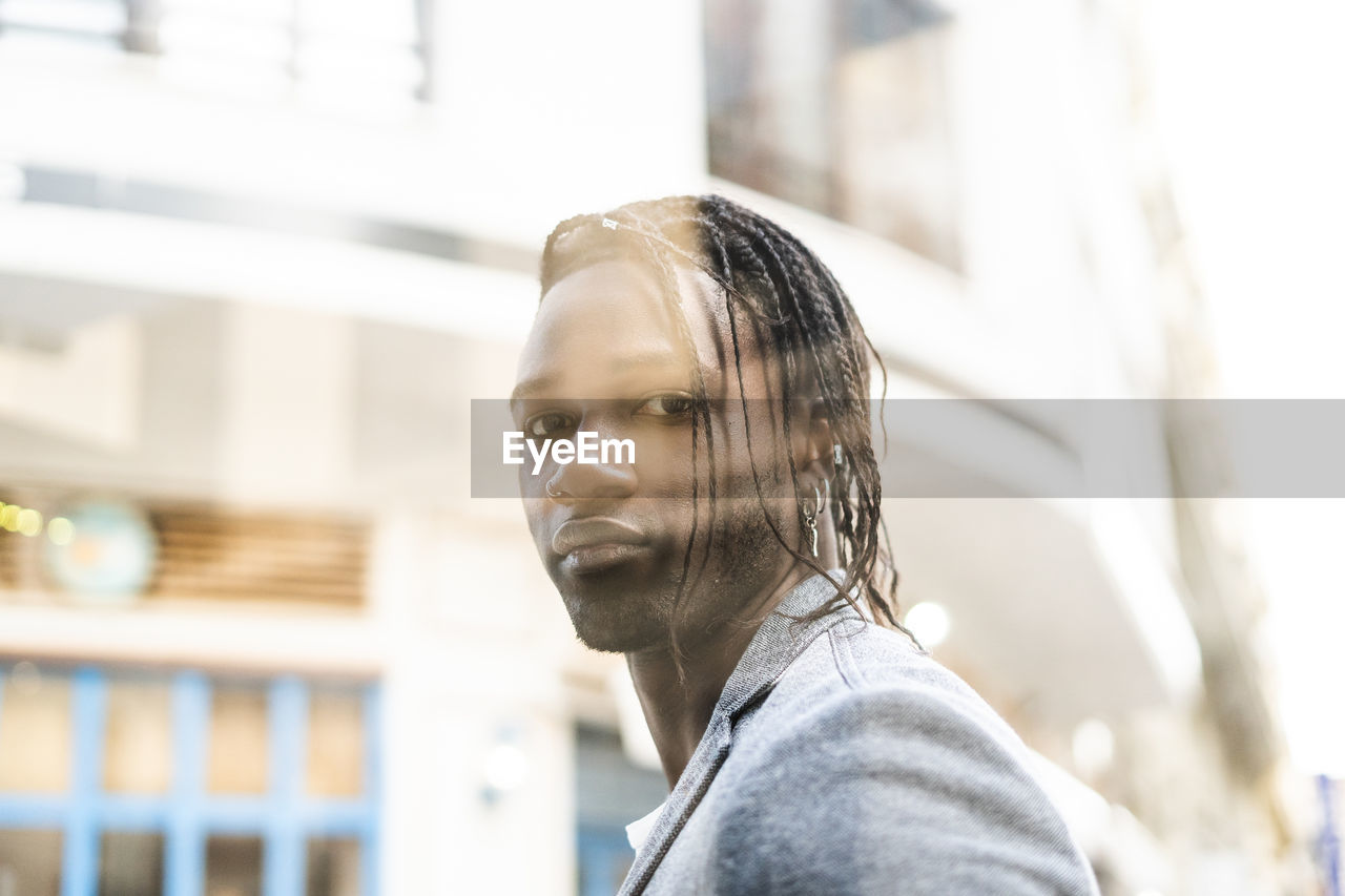 PORTRAIT OF MAN LOOKING AWAY OUTDOORS