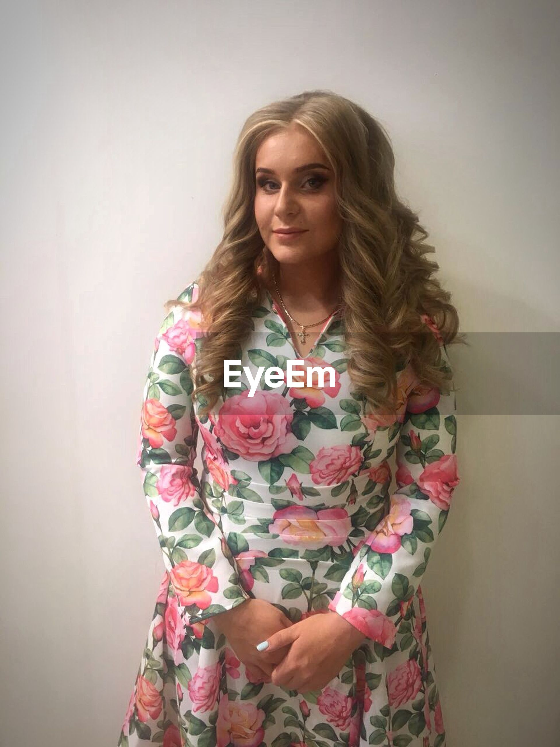 young women, standing, lifestyles, wall - building feature, young adult, front view, indoors, leisure activity, three quarter length, portrait, long hair, waist up, looking at camera, casual clothing, person, beauty, medium-length hair, flower, bunch of flowers, fashionable, white background