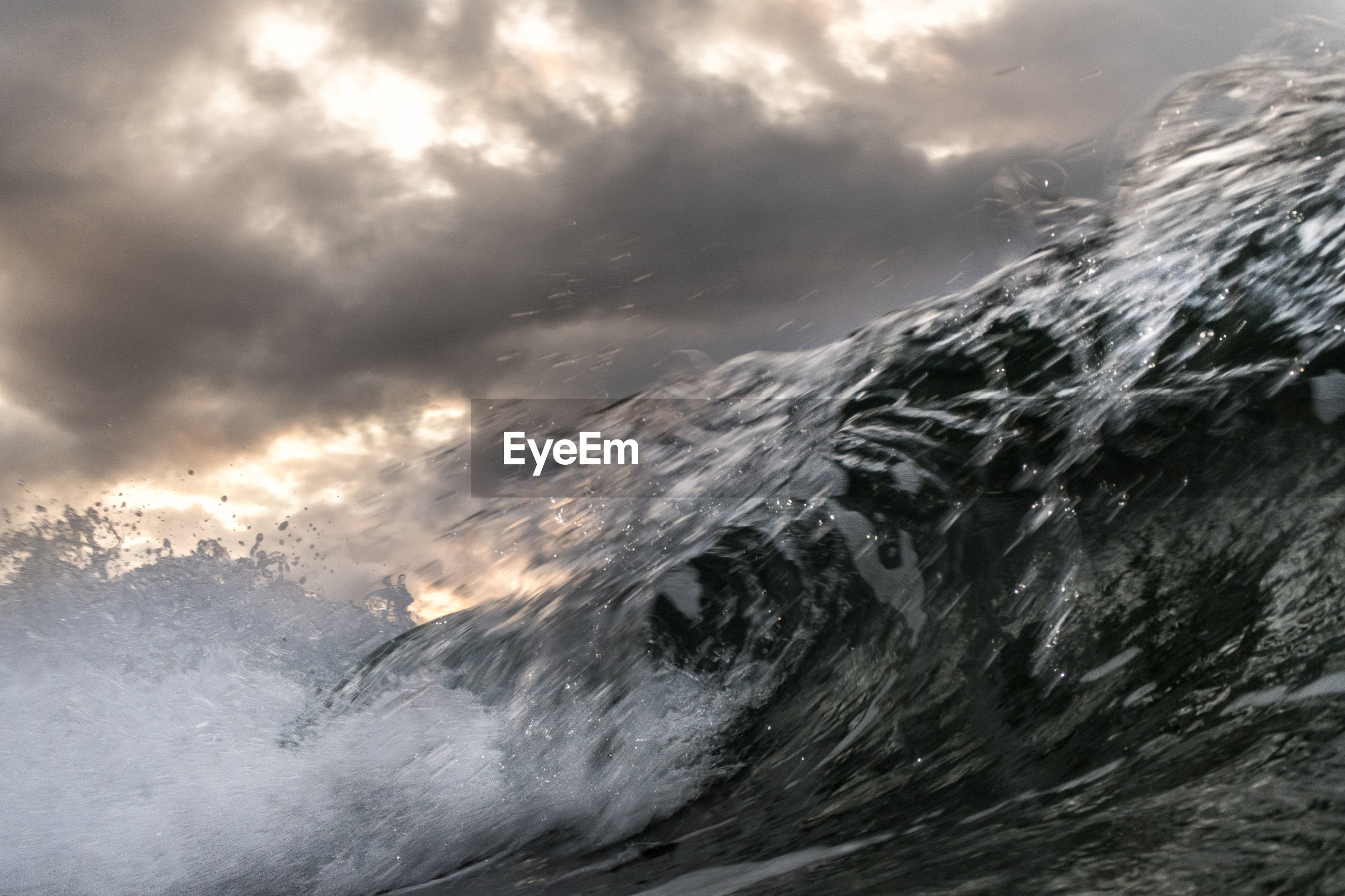 CLOSE-UP OF WAVE ON SEA AGAINST SKY