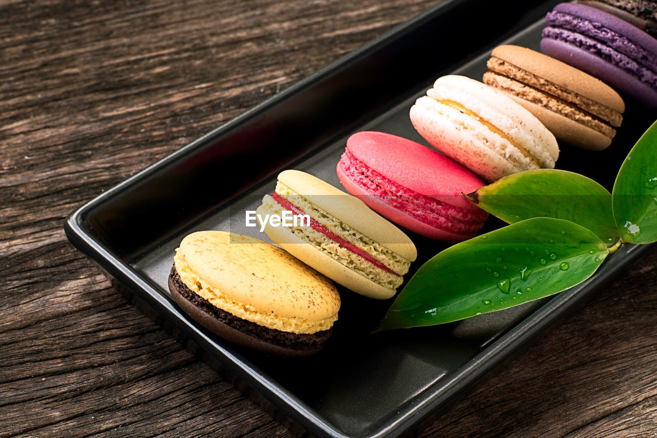HIGH ANGLE VIEW OF DESSERT IN TRAY