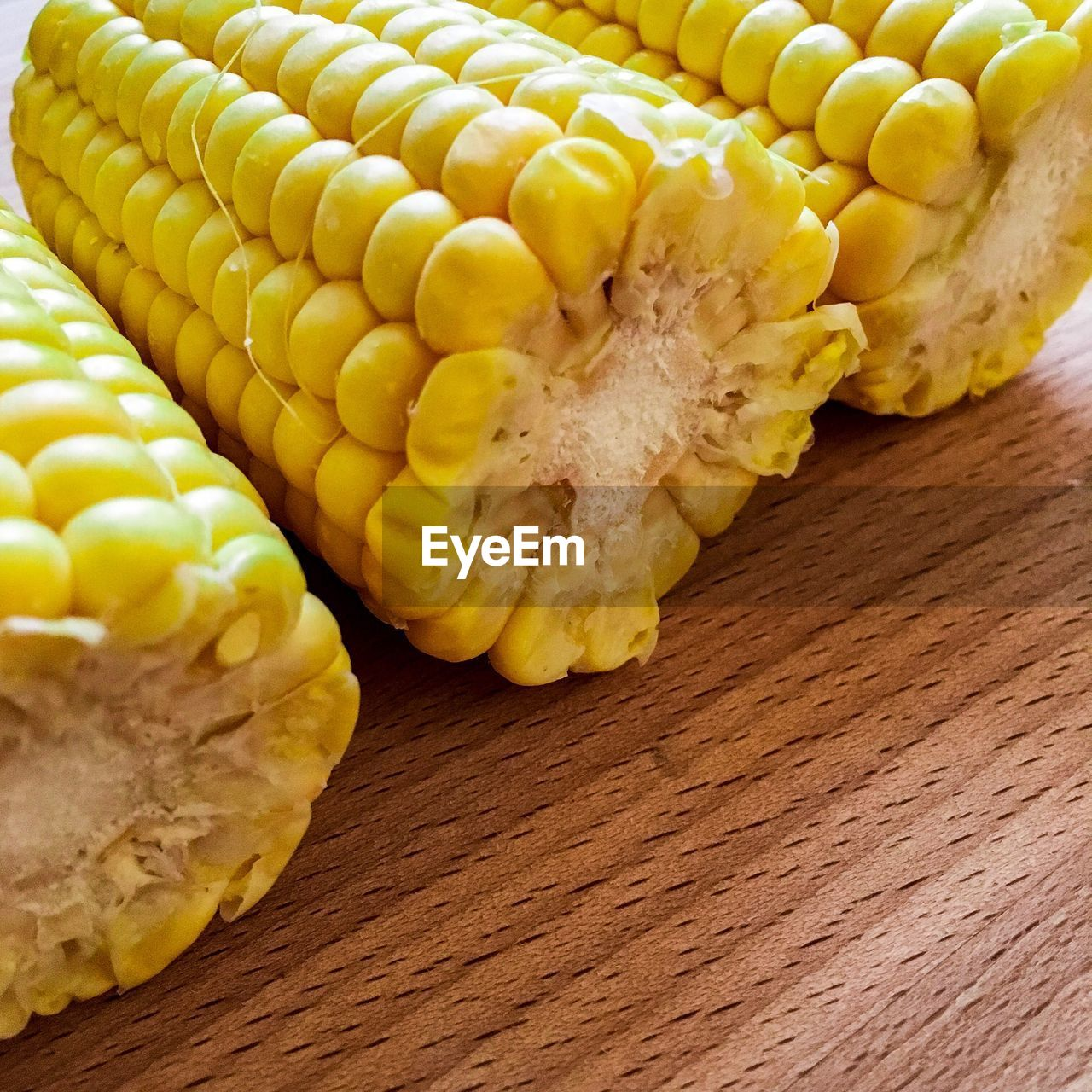 food, food and drink, corn, vegetable, freshness, wellbeing, healthy eating, sweetcorn, yellow, still life, close-up, no people, corn on the cob, table, indoors, raw food, high angle view, wood - material, agriculture, crop, vegetarian food