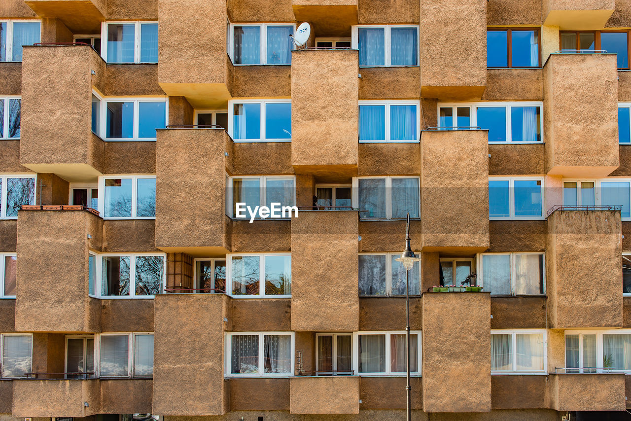 architecture, building exterior, built structure, window, building, no people, full frame, residential district, backgrounds, repetition, low angle view, side by side, in a row, day, outdoors, glass - material, city, pattern, apartment, wall, housing development