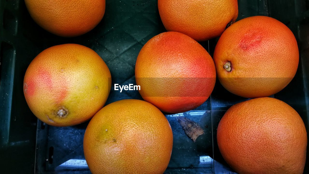 HIGH ANGLE VIEW OF ORANGES IN MARKET