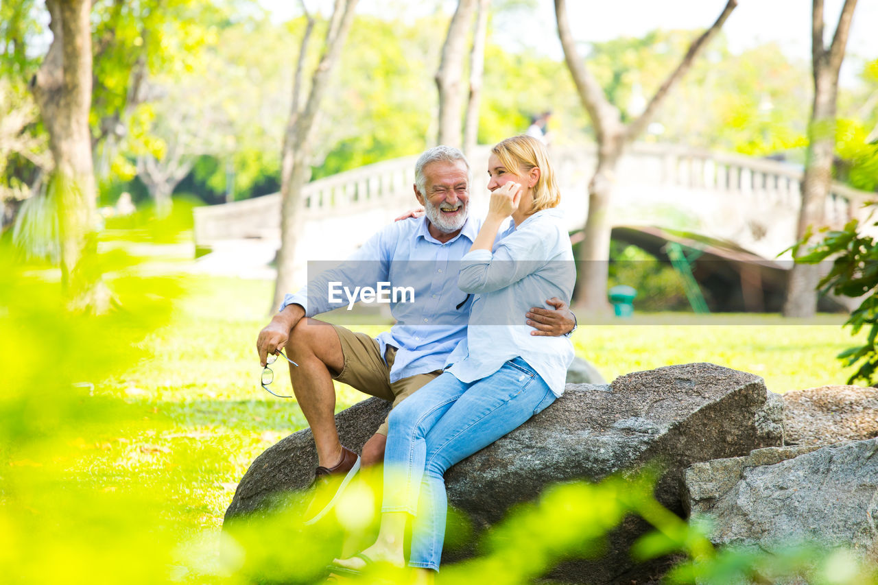 two people, couple - relationship, senior adult, togetherness, men, leisure activity, heterosexual couple, sitting, smiling, lifestyles, males, love, real people, adult, emotion, positive emotion, senior men, bonding, casual clothing, plant, senior couple, mature men, outdoors