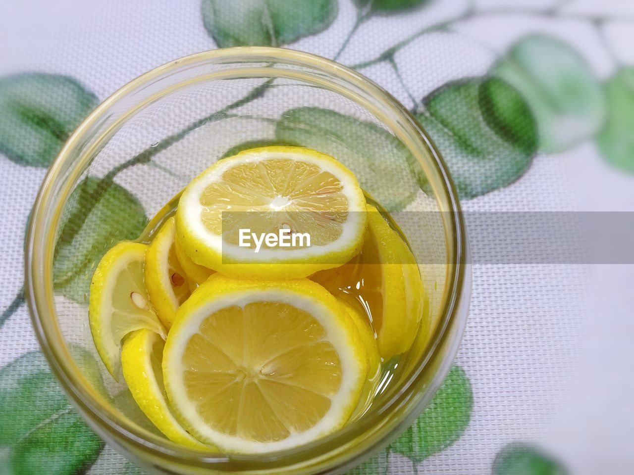 DIRECTLY ABOVE SHOT OF LEMON IN GLASS