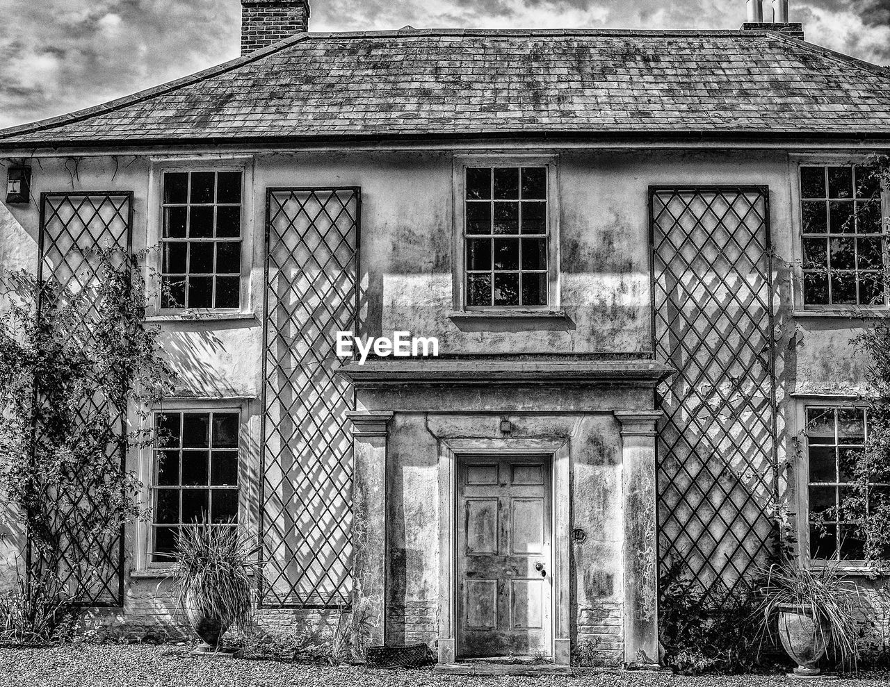 architecture, built structure, building exterior, building, window, day, old, house, no people, residential district, entrance, door, outdoors, abandoned, nature, closed, exterior, roof, history, facade