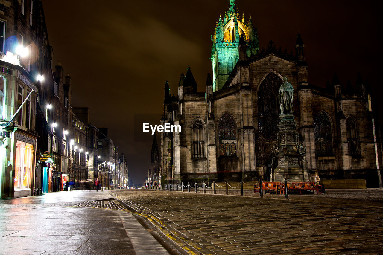 PANORAMIC VIEW OF ILLUMINATED BUILDINGS IN CITY
