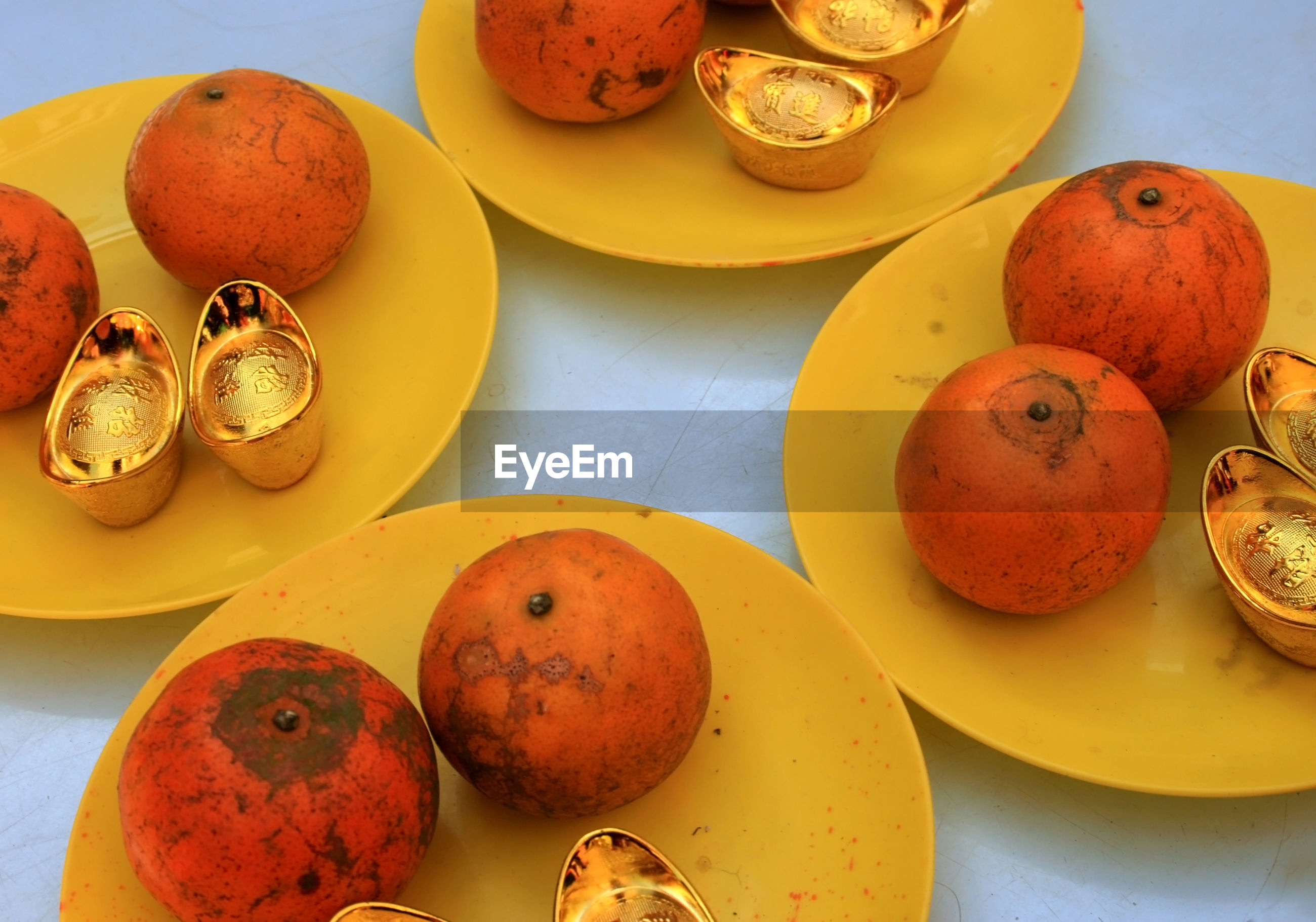 HIGH ANGLE VIEW OF VARIOUS FRUITS IN PLATE ON TABLE