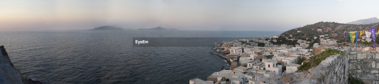 PANORAMIC VIEW OF SEA AND BUILDINGS IN CITY