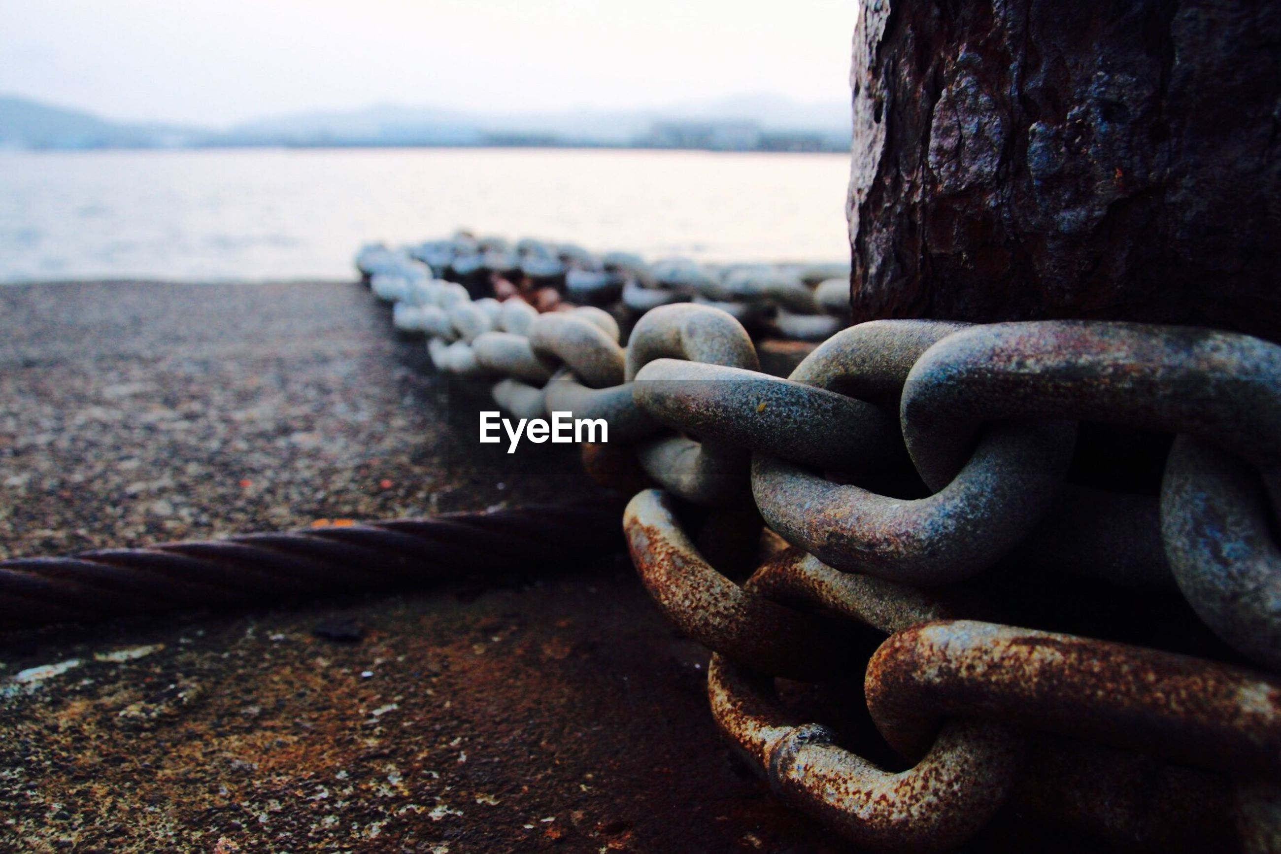 metal, focus on foreground, close-up, rusty, metallic, strength, chain, sea, textured, protection, water, old, safety, day, outdoors, rope, weathered, selective focus, tranquility, railing