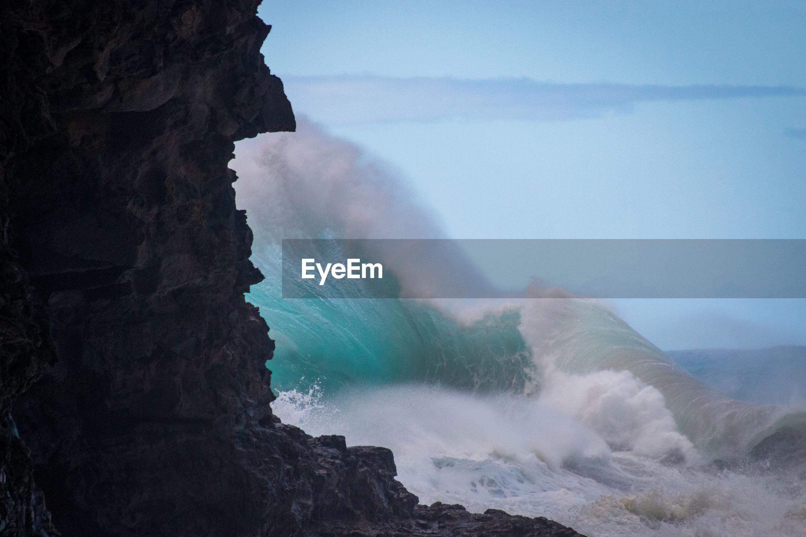 Spectaculat waves crashing at hanakapiai beach on the hawaiian island of kauai, usa against sky