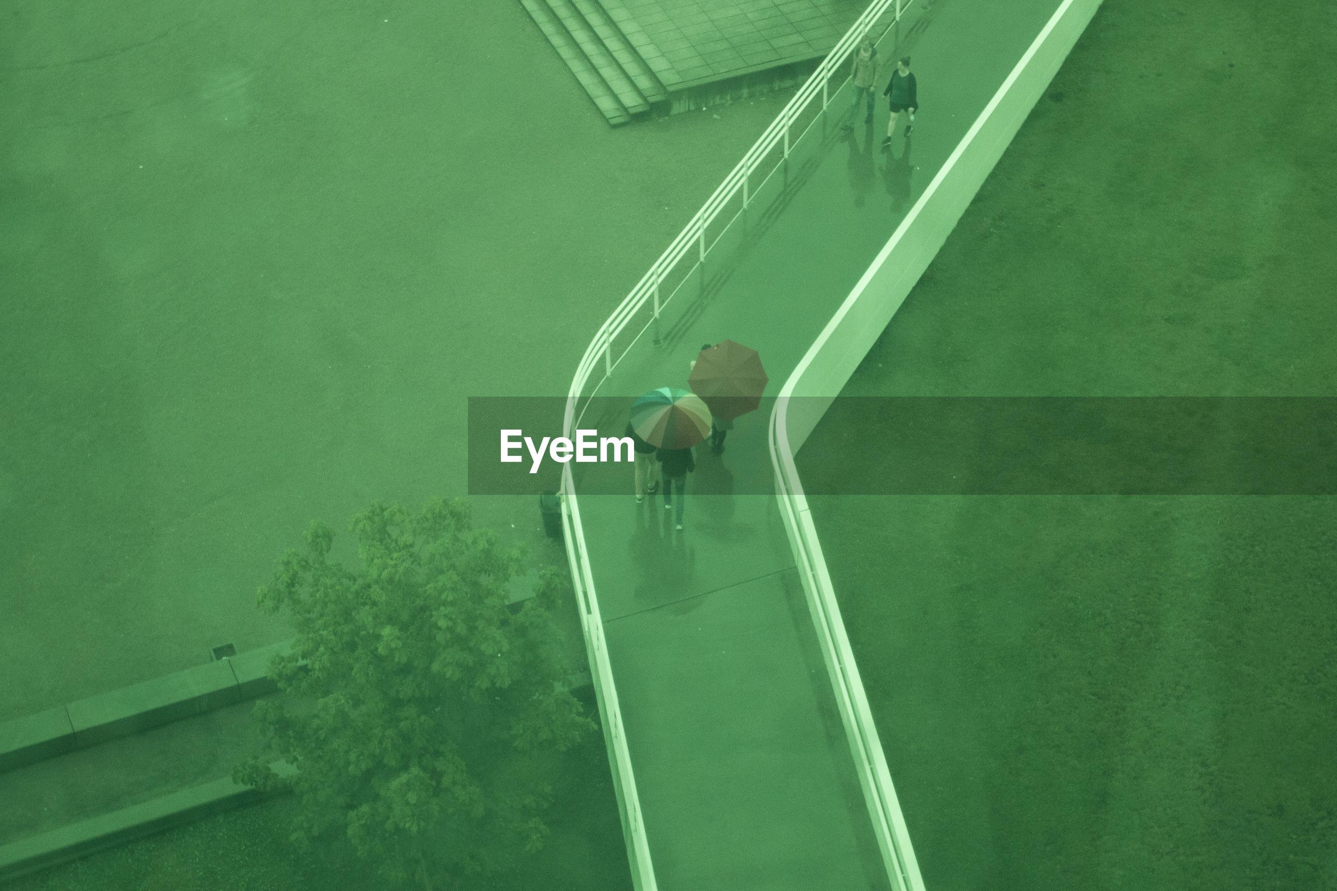 HIGH ANGLE VIEW OF MAN AT WATER