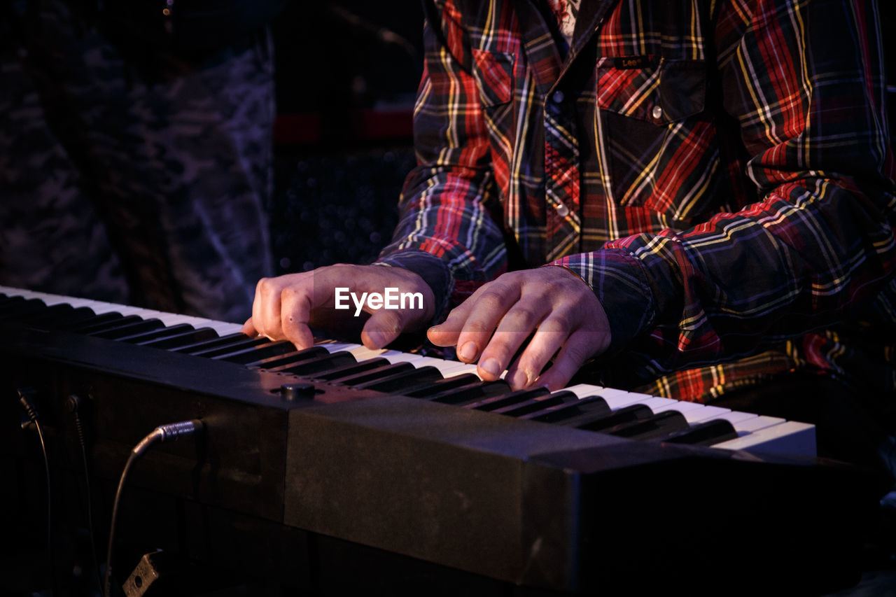 music, musical instrument, musical equipment, real people, one person, artist, arts culture and entertainment, piano, musician, skill, playing, midsection, human hand, indoors, human body part, hand, men, performance, lifestyles, piano key, finger, keyboard instrument, nightlife, entertainment occupation, stage