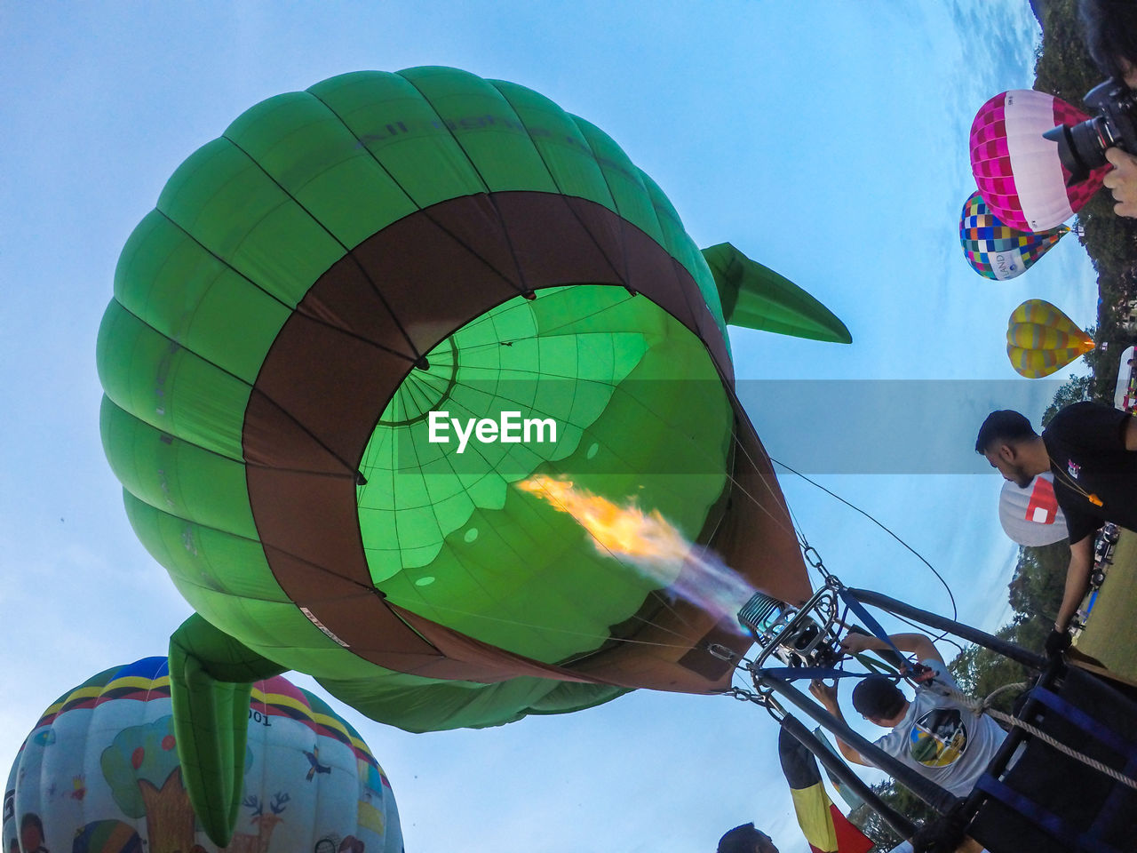 sky, real people, leisure activity, nature, adventure, day, multi colored, balloon, low angle view, lifestyles, freedom, sport, people, extreme sports, men, flying, motion, outdoors, parachute